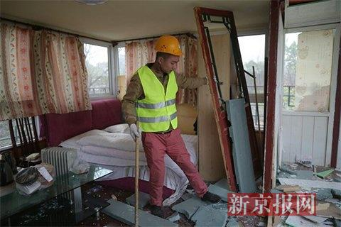 工人在拆除违建。新京报记者侯少卿 摄
