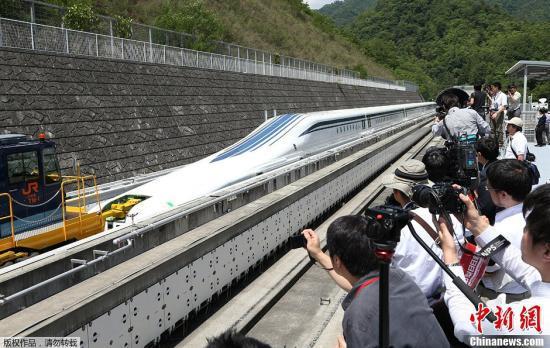 """资料图:日本磁悬浮新干线列车""""L0型""""公开。"""