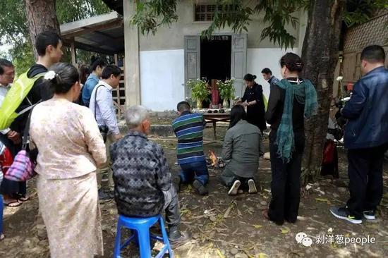 4月5日,缅甸密支那,湖南的老兵之家志愿者在祭奠中国远征军遗骸。