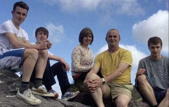 克里斯多夫(Christopher Rogers,右一)与其家人