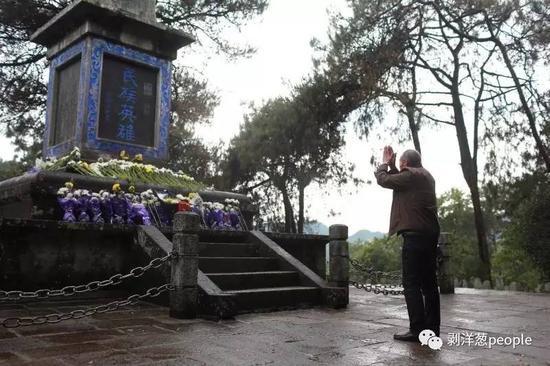 77岁的张三幸从西安来到腾冲,祭拜自己的父亲,祭拜中国远征军。新京报记者浦峰 摄