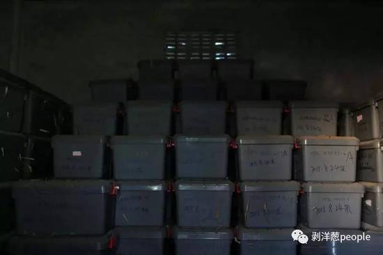 2015年挖出的347具中国远征军遗骸两年来一直存放在华人墓园的一间平房内。