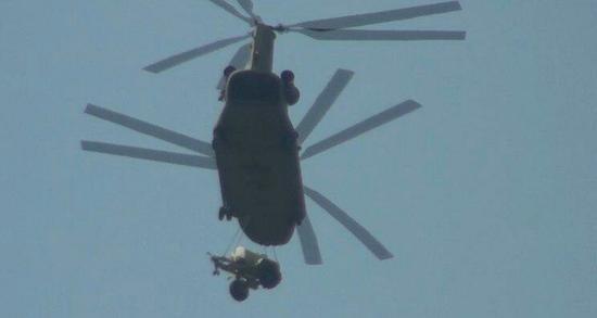 图为正在运输部署萨德所需物资和设备的直升机