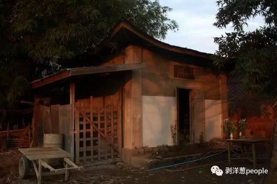2015年由国内民间组织挖出的347具中国远征军遗骸因特殊原因没能回国,两年来一直存放在这个小屋内。