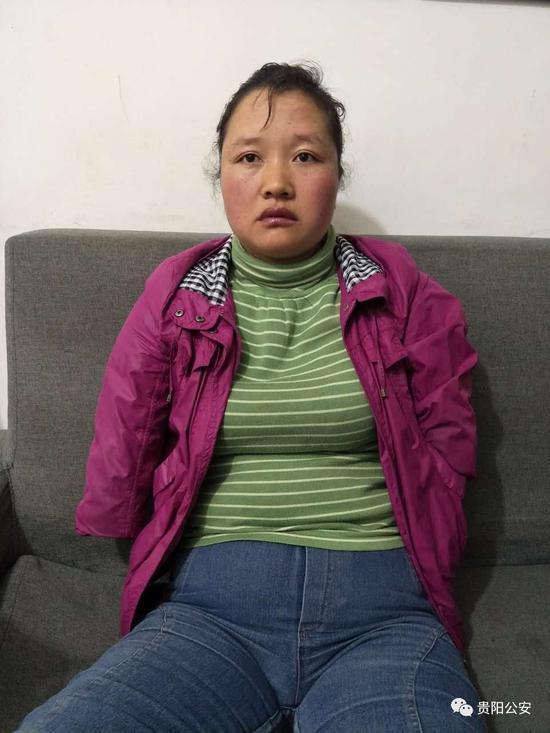 四肢残疾在贵州街头卖唱女子接受警察询问