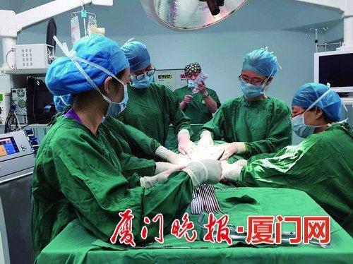这台手术比同类型手术增加两名医护人员,专门负责抱住产妇的腹部。