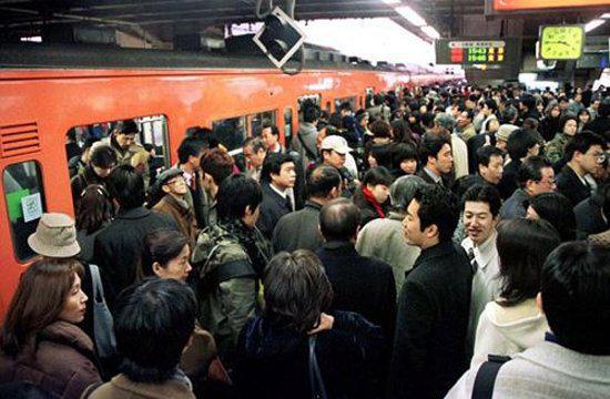 日本白领挤地铁