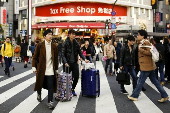 日本东京的免税店常常迎来浩繁中国旅客(路透社材料图片)