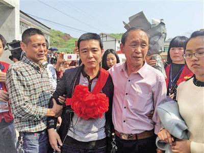 44岁的霍咏奇(中)终于与父亲(右)等亲人团聚。 宝贝回家志愿者供图