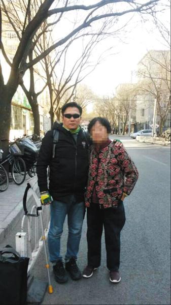 △一个多月前,郭利与母亲在北京合影