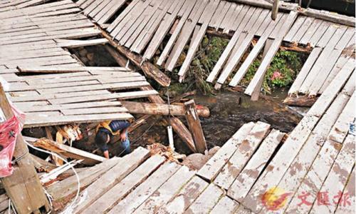 涉事木板桥坍塌留下大窟窿。图片来源:香港文汇报