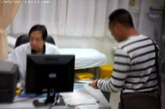 小林来到深圳市人民医院脊柱外科医生陈启明门诊办公室,把写好的处方药名给对方。