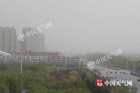 4月17日,宁夏银川出现沙尘天气,天地一片昏黄。