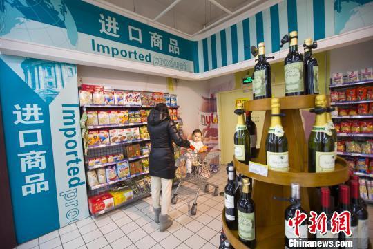 资料图:山西太原,民众正在超市选购进口食品。 张云 摄