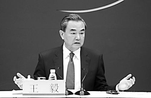 """图片说明: 18日,王毅在外交部主持召开""""一带一路""""国际合作高峰论坛中外媒体吹风会。"""