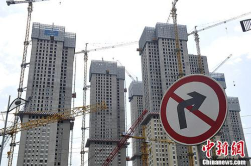 资料图:正在建设的楼盘。 中新社记者 韦亮 摄