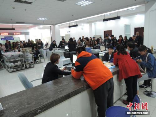 """4月17日,在郑州市社会保险办事大厅,被网友调侃为""""跪式窗口""""的服务窗口已经整改。韩章云 摄"""