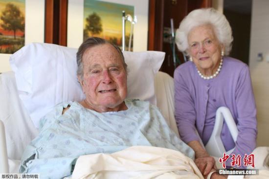 资料图:今年1月,美国前总统老布什和妻子芭芭拉在医院病房里合影。