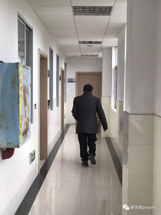 平时无事,陈振杰在病房外的走廊里溜达。