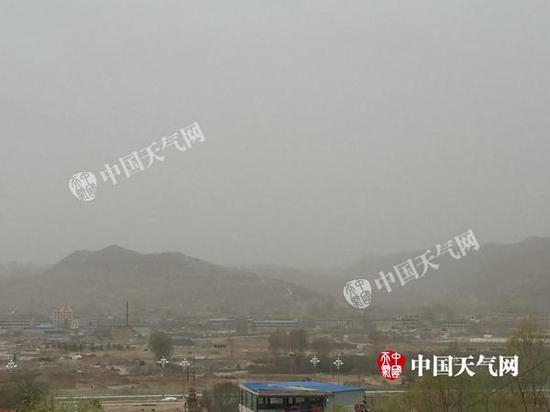 18日早晨,甘肃康乐县出现浮尘天气,天地间一片昏暗。