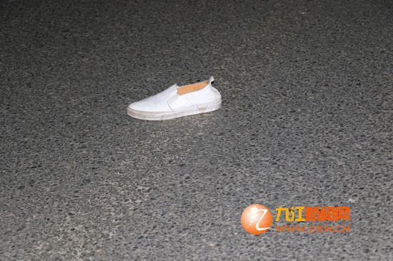 现场还遗留着死者生前穿的帆布鞋。
