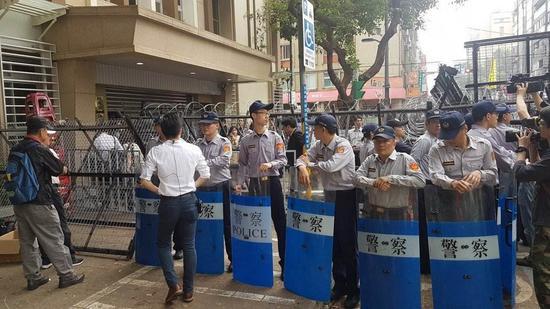 """台反年改团体围堵""""立法院"""" 有""""立委""""被泼水"""