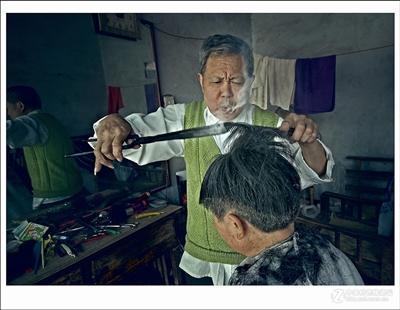 王维美正在为顾客烫发(资料图片)