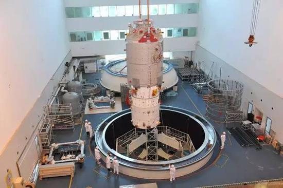 天舟一号进行热试验吊装(来源:中国航天科技集团公司第五研究院)