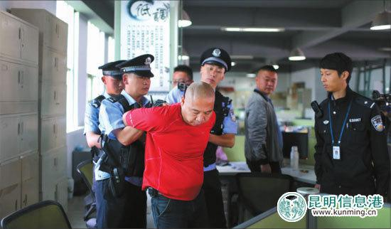 警方对被执行人进行强制执行 都市时报首席记者 张玉杰/摄