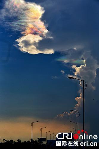 19日傍晚,海南文昌发射场上空突显祥云,引得行人驻足拍摄。文昌,海南。 摄影 李晋