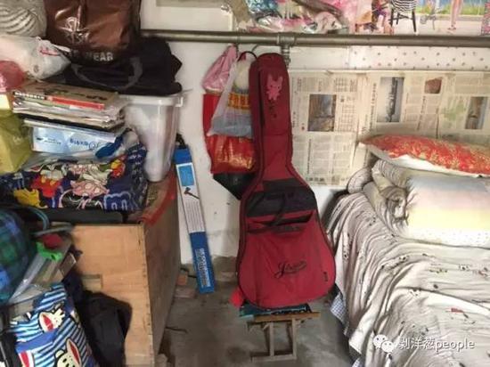 孙丽丽的吉他和她月租350元的十平米小屋。新京报记者张维 摄