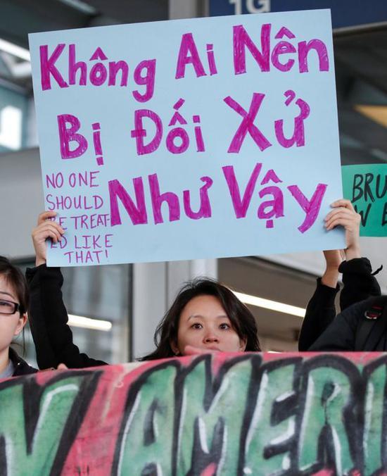图注:一名美籍越南人遭美联航暴力驱赶丑闻引发连串示威,抗议现场有不少以越南语写成的标语牌。