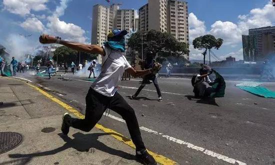 ▲委内瑞拉国内游行示威(图片来源:英国《卫报》)