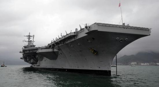 """美国航母""""卡尔·文森""""号。新华社记者 陈晓伟 摄"""