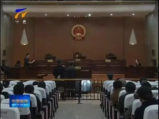 庭审现场。 视频截图