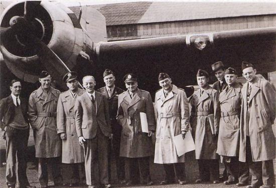 1945年4月,钱学森以美军上校身份,随美军咨询团飞往纳粹德国进行考察