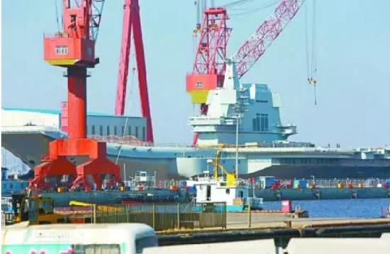 ▲4月23日,中国首艘国产航母在船坞中已经整装待发。(图片来源:人民网)