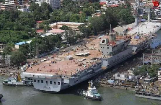 """▲2015年6月10日,""""维克兰特""""号航母第三次下水,但舰上雷达电子设备一无所有。"""