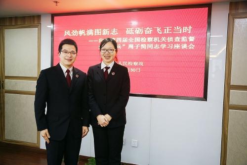 上海市静安区人民检察院检察官周子简(左)、检察官助理陈洁婷