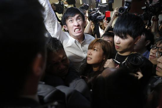 港辱国前议员涉非法集结被捕 曾冲进立法会宣誓