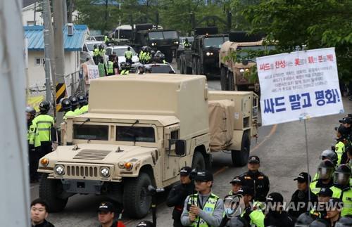 8辆军车运载萨德设备驶入  韩联社图