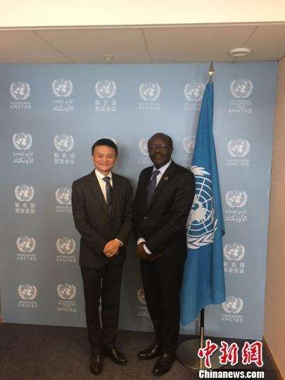 """4月25日,联合国""""特别顾问""""马云回到联合国日内瓦总部。联合国贸易和发展会议秘书长基图伊迎接新同事。 供图"""