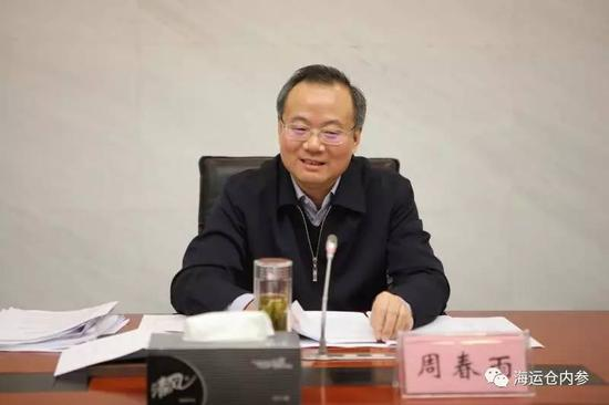 记者采访南京逃跑眼镜蛇去向被工作人员撂倒