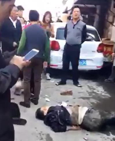 女司机开车连续撞倒7名老年人:坐车里吓得直哭