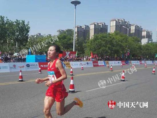 9日,天津天气晴热,天下第十三届运动会首项角逐马拉松开幕。