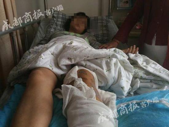 躺在病床上的伤者。成都商报 图