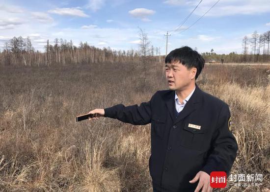西林局林业局副局长王立才在起火点讲述大兴安岭火灾过程