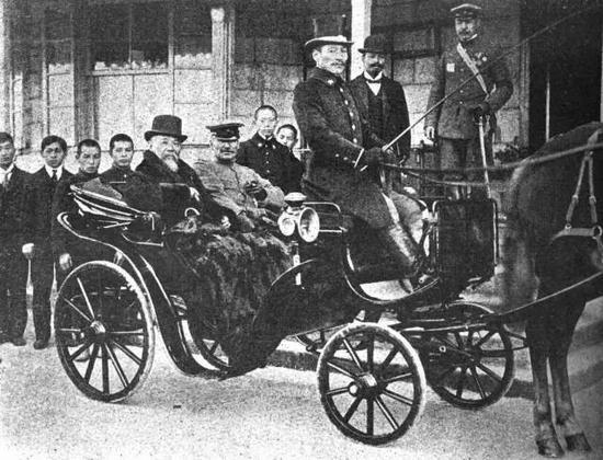 资料图片:正乘坐马车前往总督府的第一代日据朝鲜总督――伊藤博文
