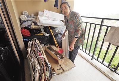 4月30日,渝北美利山小区业主蒋万军家,他妈妈在整理所拣垃圾。