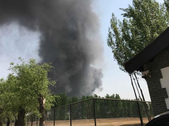 5月1日,北京向阳区东苇路蟹岛度假村停车场内汽车起火,因由系杨柳絮